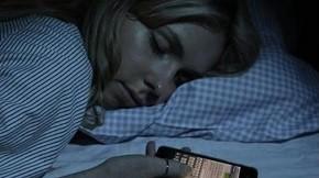 size_810_16_9_Menina_dorme_com_o_smartphone_ligado