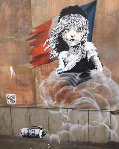 Banksy Cosette Miseráveis embaixada França UK.jp