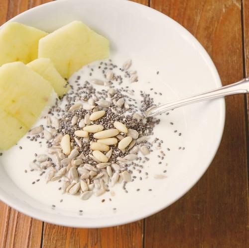 Iogurte natural, maçã, pinhões, sementes de gir