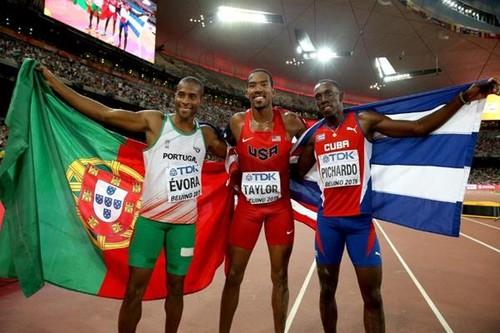 Christian Taylor com Nelson Évora nos Mundiais de Pequim/IAAF