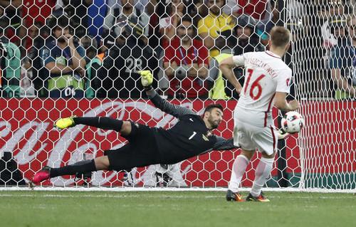 2016-06-30-Patricio-defende-penalti-da-Polonia-2.j