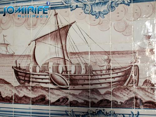 Azulejos da Universidade de Coimbra com desenho de um barco [en] Tiles of the University of Coimbra with a boat design