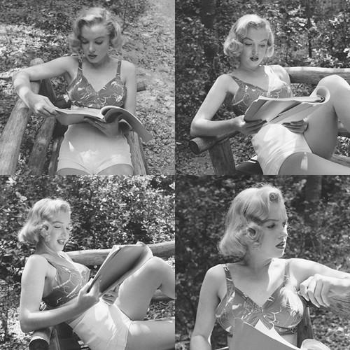 Marilyn Monroe with her books (12).jpg