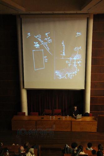 Eduardo Souto de Moura na Conferência Álvaro Siza Vieira em Coimbra, a falar e mostrar algumas fotografias dos seus projectos e trabalhos que fez com o Arquitecto Álvaro Siza Vieira ao longo da sua carreira. Conferência realizada na Universidade de Coimbra a 31 de outubro de 2015