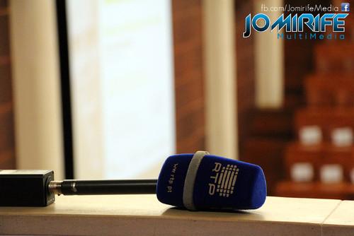 Conferência de Yanis Varoufakis sobre «Democratizar a zona Euro» na Universidade de Coimbra no dia 17 de outubro de 2015 - Microfone da RTP [en] Yanis Varoufakis Conference about