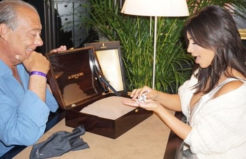 Kim Kardashian diamante de Sindika.jpg