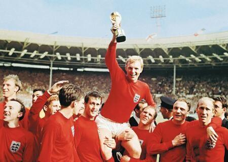 Bobby Moore festeja com o troféu