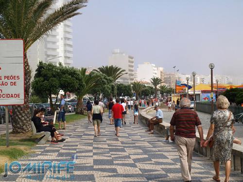 Dia de verão na calçada de praia da Figueira da Foz. Summer day at the beach sidewalk Figueira da Foz
