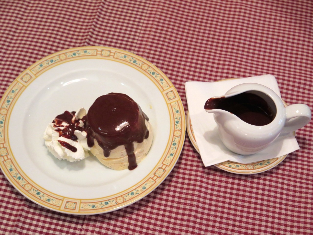 Semifredo al Torroncino con Cioccolato Caldo