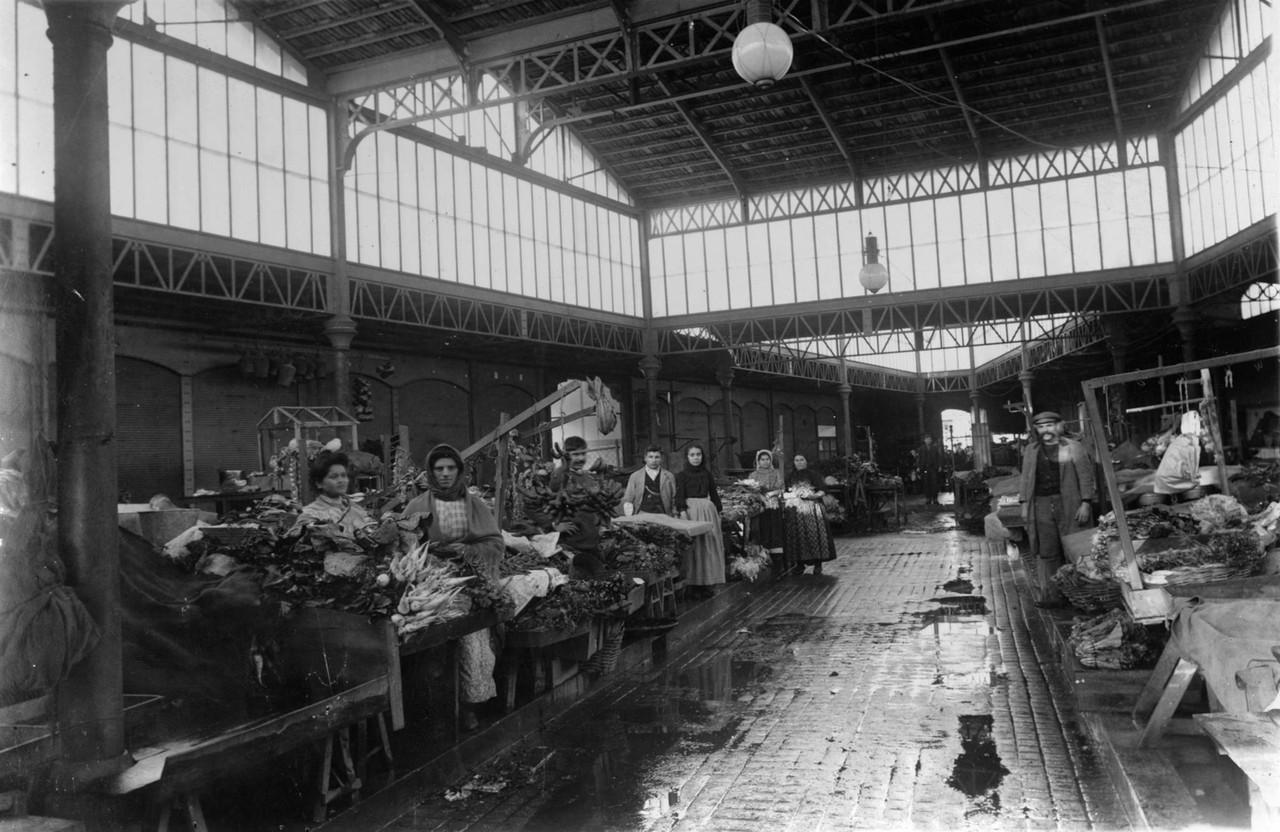 Vendedores no Mercado de Alcântara, interior, bar