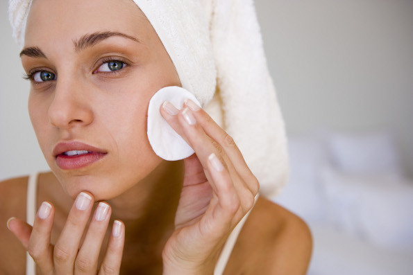 mulher-limpando-rosto-maeteria.jpg