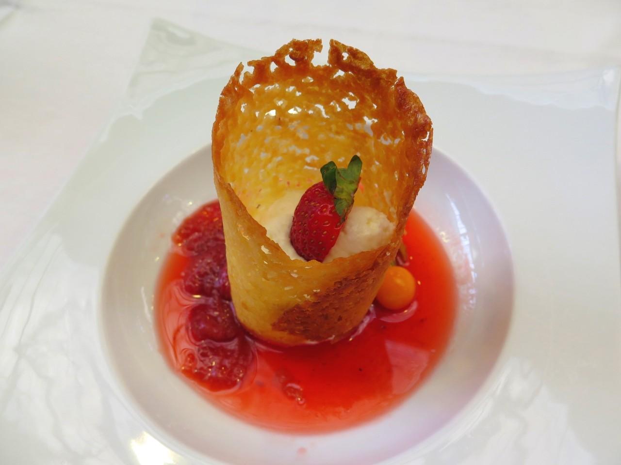 Cheesecake em telha de amêndoa e sopa de morangos