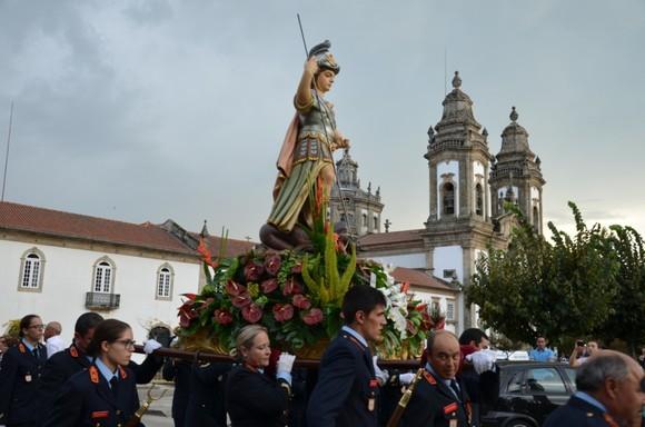 Bombeiros carregam andor de S. Miguel (2)