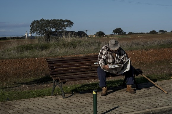 Idoso lê jornal na aldeia da Trindade, Vila Flor