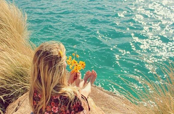 menina flores mar