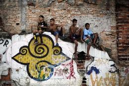 Crianças assistem a jogo de futebol, São Paulo