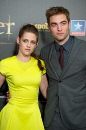 Robert-Pattinson-Kristen-Stewart-Back-Together-250