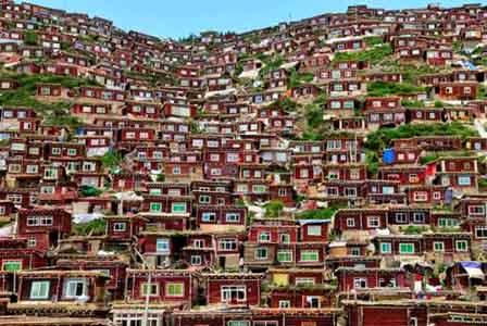 Complexo de casas onde moram freiras, no Tibete (S